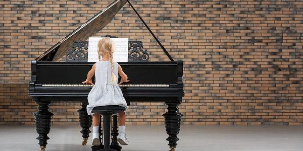 幼児からピアノに触れさせるなら何歳から?教え方やメリットについて解説します